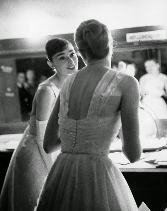 Audrey Hepburn and Grace Kelly backstage at the 28th Annual Academy Awards, 1956 (4)