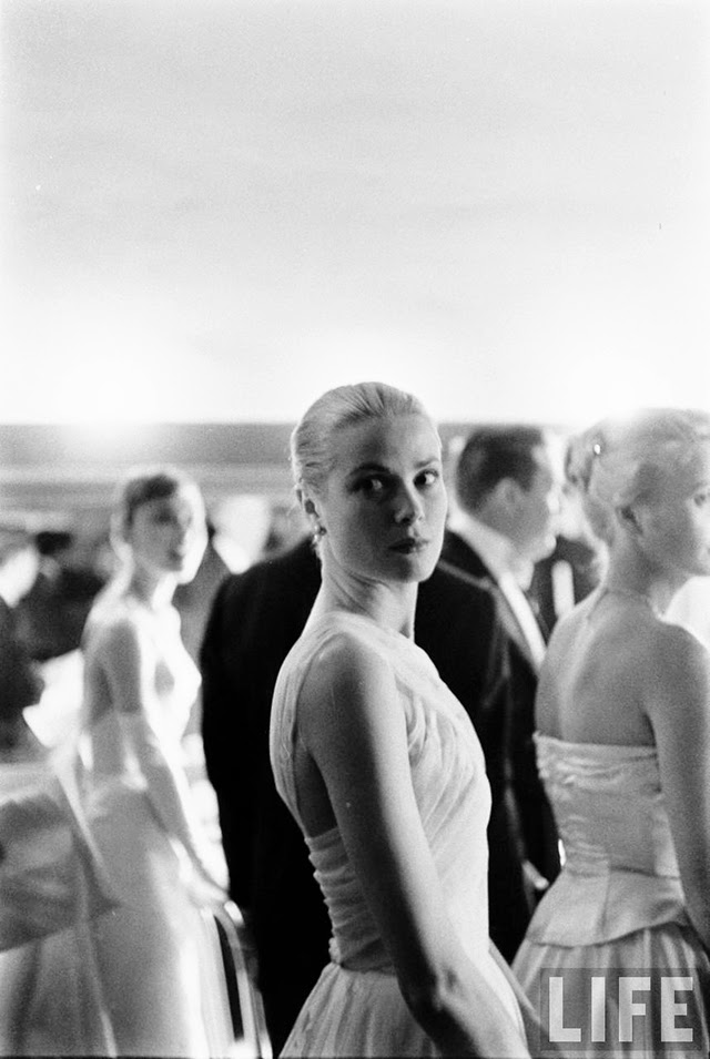 Audrey Hepburn and Grace Kelly backstage at the 28th Annual Academy Awards, 1956 (5)