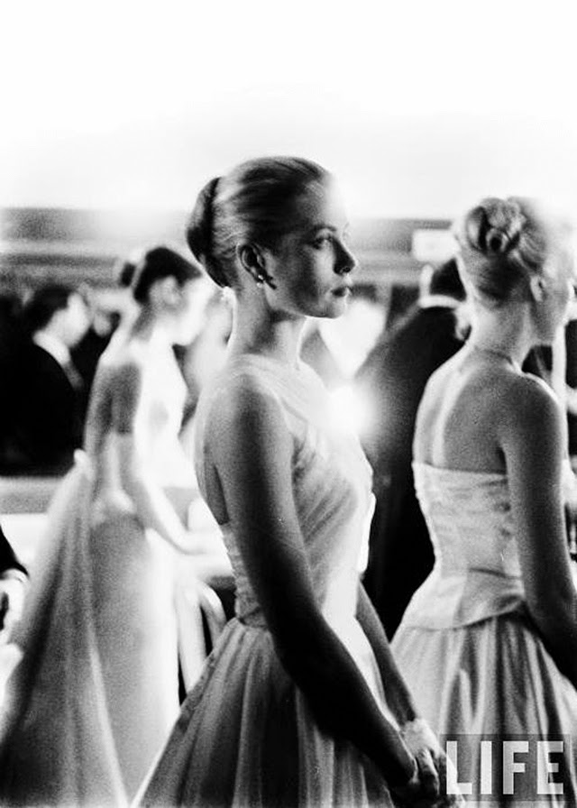 Audrey Hepburn and Grace Kelly backstage at the 28th Annual Academy Awards, 1956 (6)