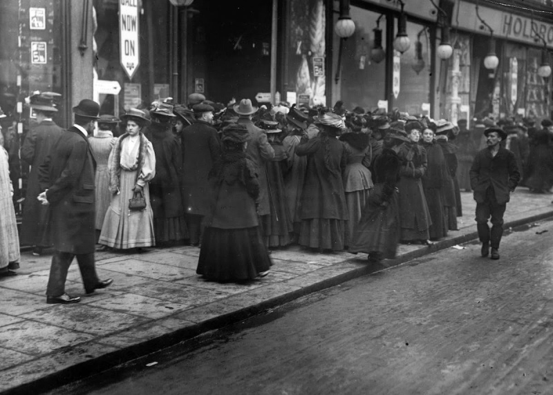 Bargain Hunters Shopping during the Holidays since the Early 20th Century (1)