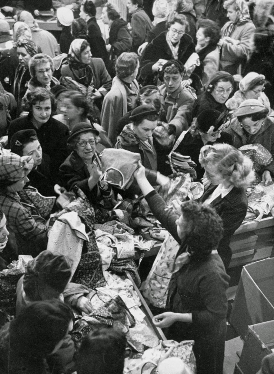 Bargain Hunters Shopping during the Holidays since the Early 20th Century (11)
