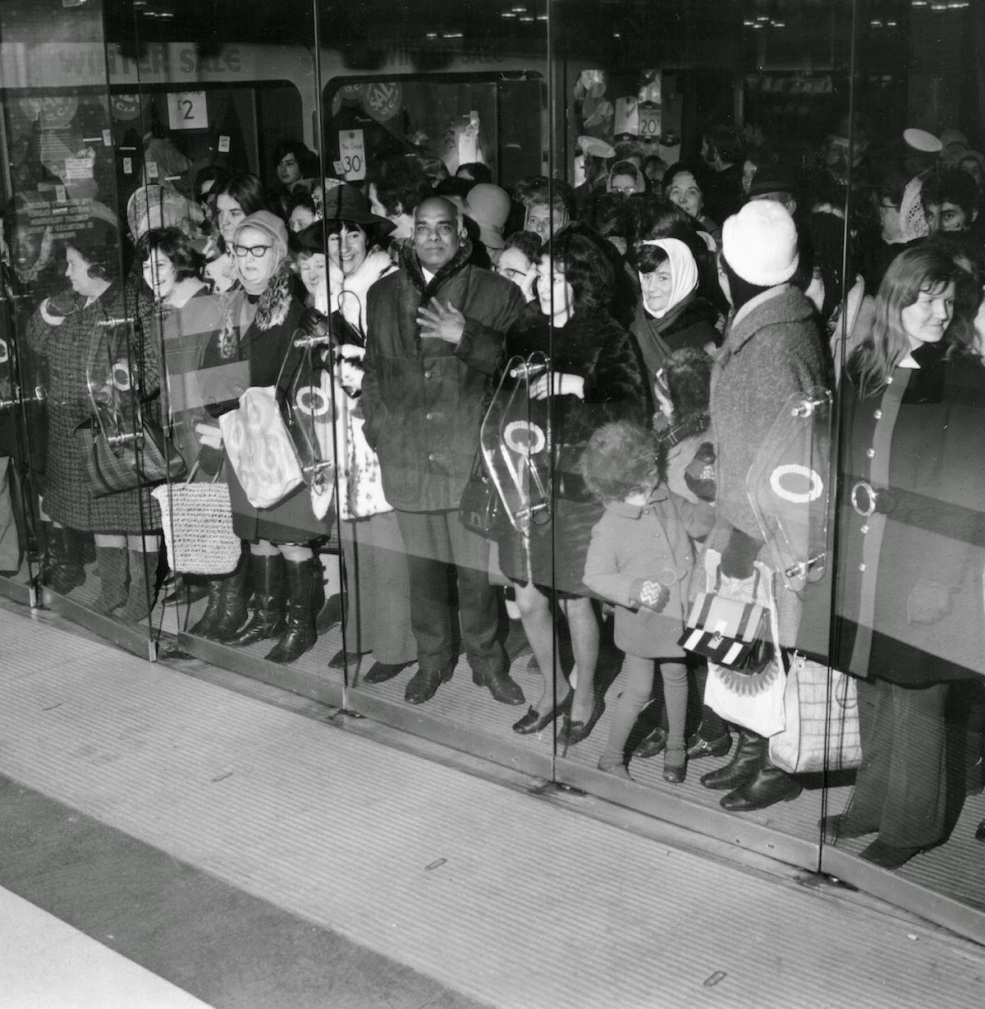 Bargain Hunters Shopping during the Holidays since the Early 20th Century (17)