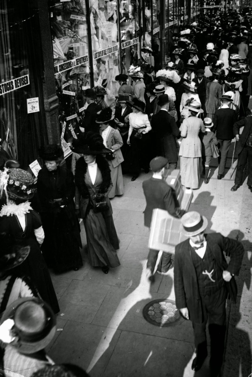Bargain Hunters Shopping during the Holidays since the Early 20th Century (3)