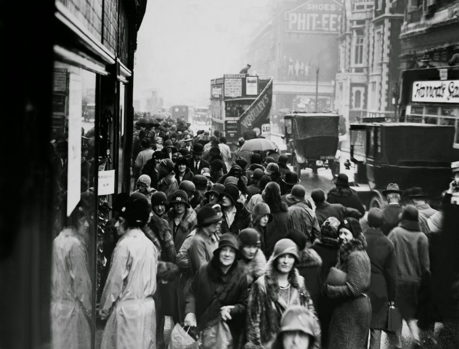 Bargain Hunters Shopping during the Holidays since the Early 20th Century (4)