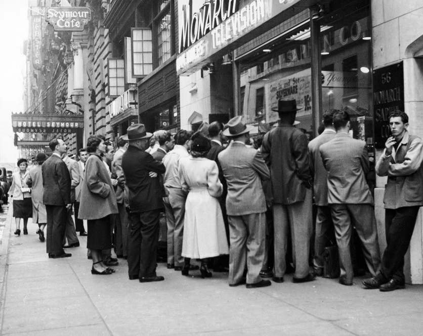 Bargain Hunters Shopping during the Holidays since the Early 20th Century (8)